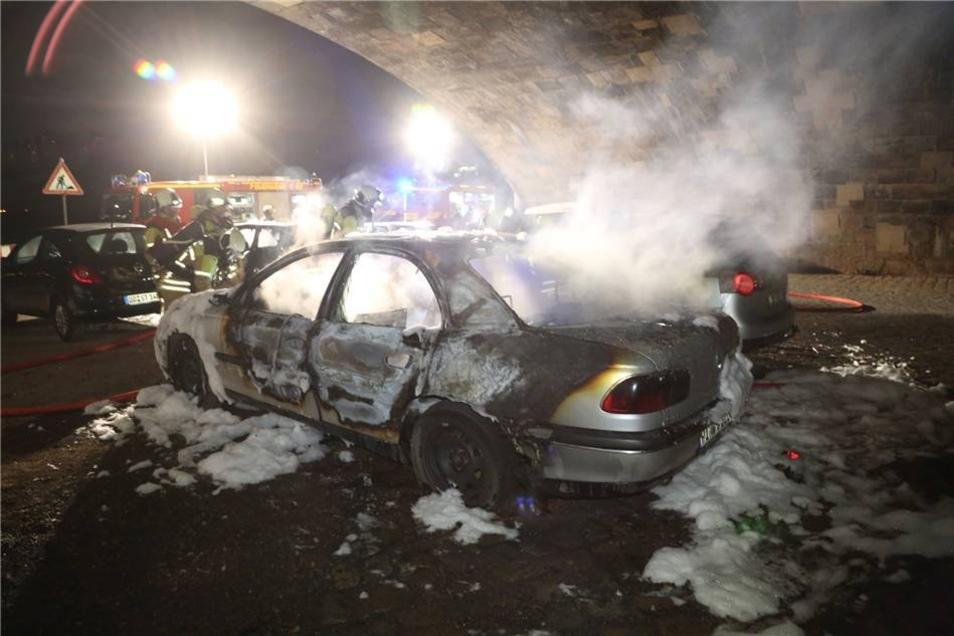 Der Opel raucht aus.