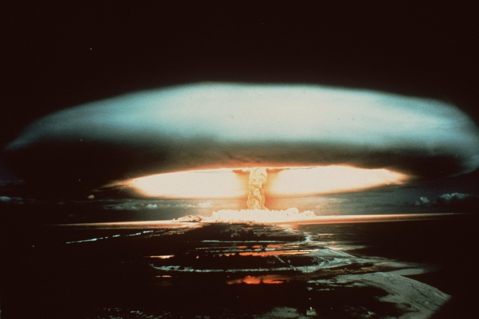 Nach der Explosion einer französischen Atombombe 1971 schwebt dieser riesige Atompilz über dem Mururoa-Atoll.