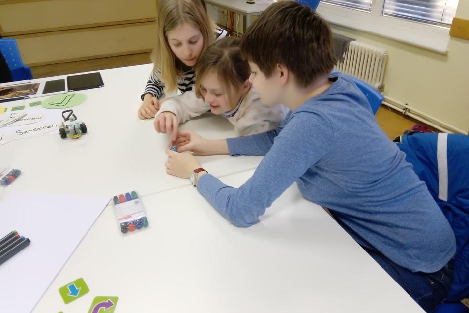 Coden geht auch ohne Informatik-Leistungskurs: Hier erhalten Helene, Finia und Nina einen Einblick ins Programmieren und probieren verschiedene Modelle aus.