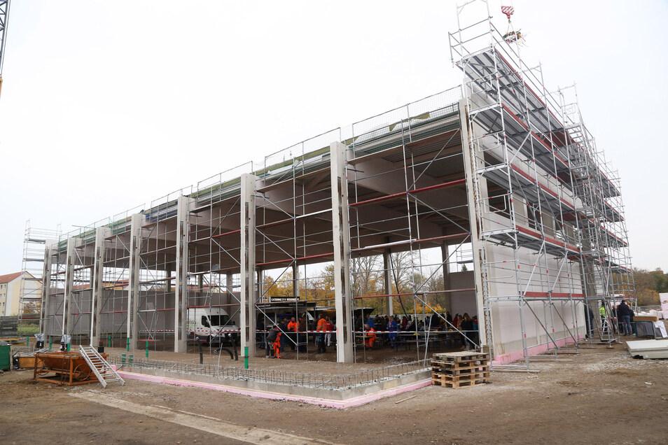 So sah die neue Halle beim Richtfest im November aus. Jetzt haben Diebe die Baustelle an der Merzdorfer Straße heimgesucht.