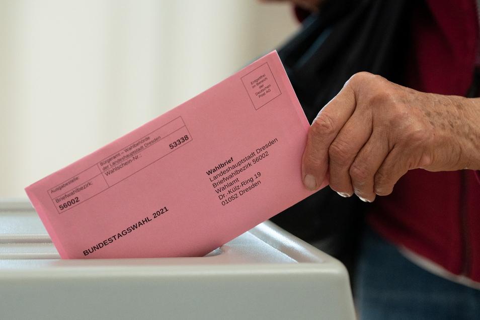 So sehen die Briefe für die Briefwahl zur diesjährigen Bundestagswahl aus. Die abgeschnittene bzw. gelochte obere rechte Ecke der Stimmzettel dienen dazu, blinde oder sehbehinderte Menschen bei ihrer Stimmabgabe zu unterstützen.