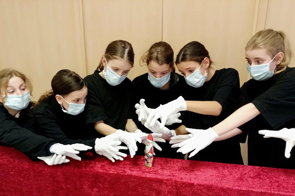 """In den GTA-Kursen """"Chor"""", """"Band"""" und """"Theater"""" hatten die Schüler einen Weihnachtsgruß einstudiert."""