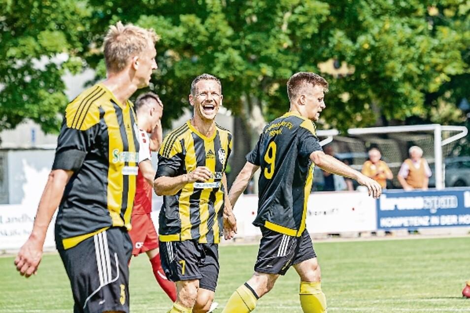 Ein Lächeln zum Schluss: Thomas Löffler (Mitte) hat wie Ronny Rimkus (links) am Sonnabend letztmals für den GFV gespielt. Doch um den Nachwuchs und den Verein überhaupt muss man sich wenig Sorgen machen.
