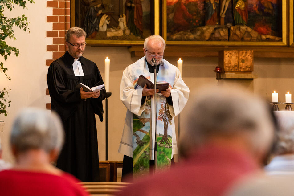 Im Juni 2018 fand dieser Gottesdienst anlässlich 100 Jahre katholische Pfarrkirche in Hoyerswerda mit Superintendent Heinrich Koch (r.) und Pfarrer Peter Paul Gregor statt.