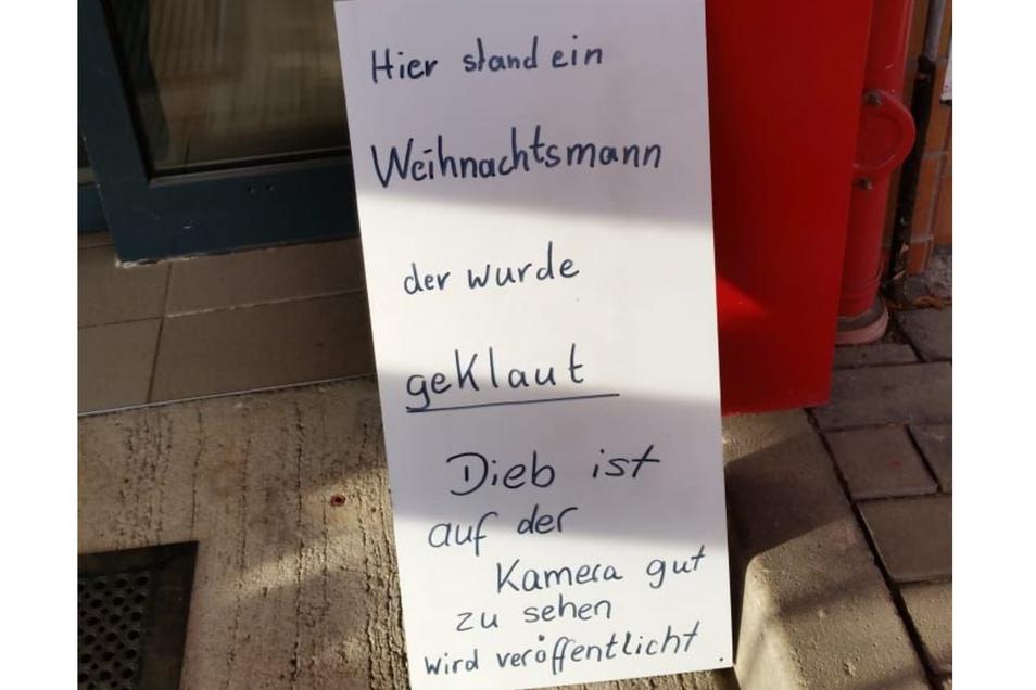 Hier stand der Weihnachtmann von Tankstellen-Chefin Verena Gaßmayr. Nun hat sie ein Schild aufgestellt.