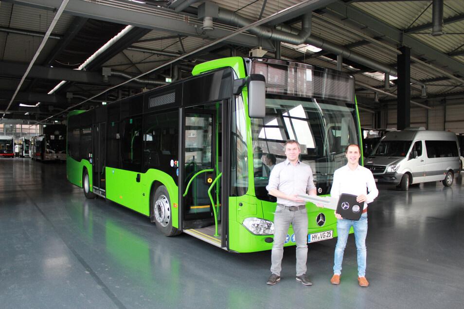 Links: Robert Arlt, technischer Leiter, und Christian Geymeier, Leiter Verkehr, bei der Fahrzeug(schlüssel)-übergabe des neuen VGH-Busses im Mercedes-Werk in Mannheim.