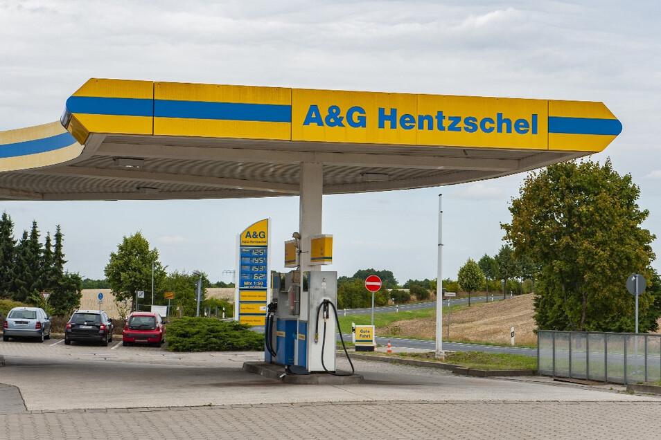An dieser Tankstelle im Großenhainer Ortsteil Zschauitz soll die Grundlage für die Reise nach Kroatien gelegt werden.