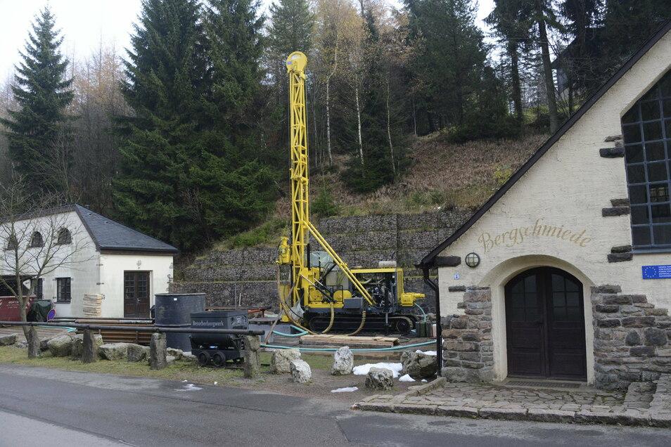 2017 hat die Deutsche Lithium 15 Bohrungen gemacht, um den Lithiumvorrat im Gestein unterhalb von Zinnwald zu erkunden. Hier wurde direkt am Schaubergwerk gebohrt.