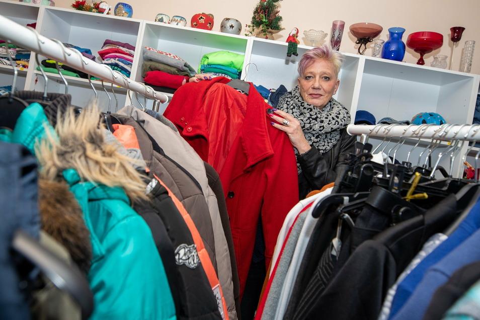 Sandra Furkert kann eine große Auswahl präsentieren. Dennoch brauchen die Kleiderkammern noch einiges.