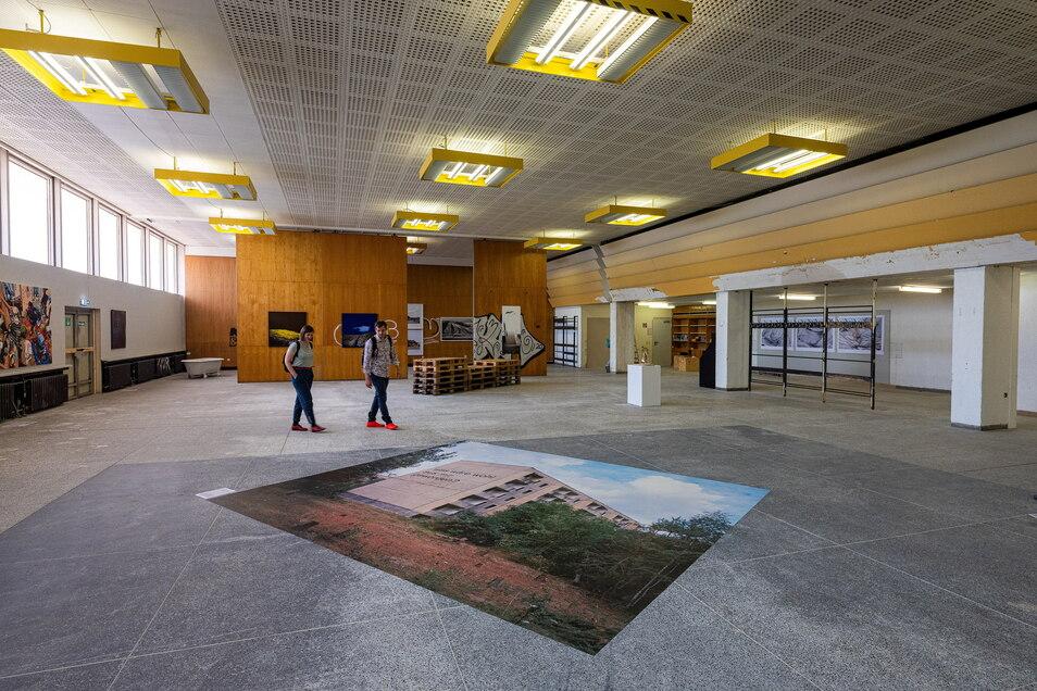 """Blick in den ehemaligen Speisesaal. Am Boden die großformatige Fotoarbeit von Eginhartz Kanter """"Was wäre wohl aus dir geworden?"""""""