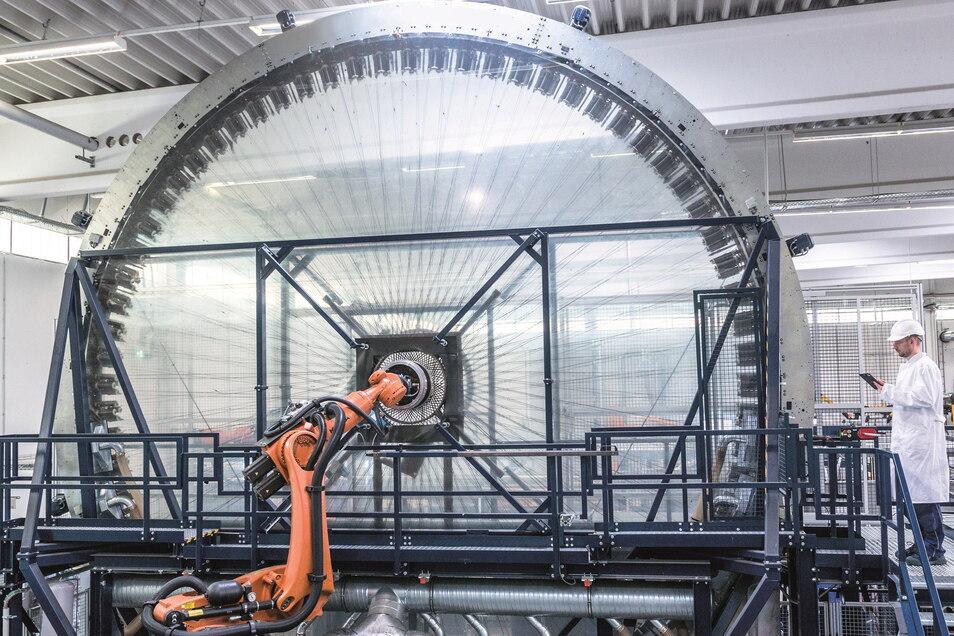 Die Radialflechtanlage der Firma Action Composites in Kesselsdorf verarbeitet Carbon-Fasern und ist eine besonders innovative Produktionsanlage.
