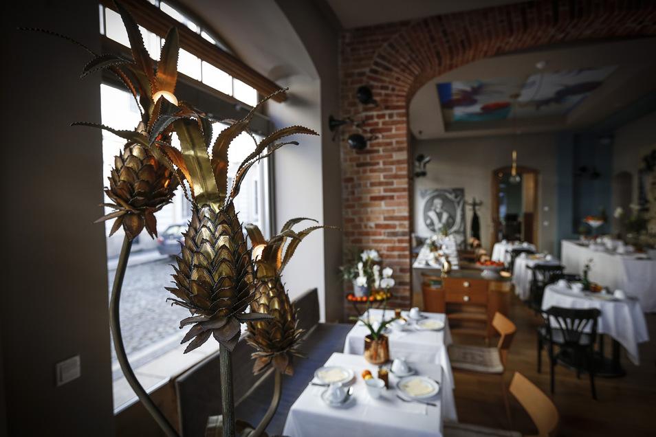 """Die vergoldeten Ananas-Früchte im Frühstücksraum des """"Emmerich"""" werden nun auch im """"Horschel"""" eine Rolle spielen. Sie stammen von der Tochter Christian Weises, deren Lebensgefährte nun das Restaurant führt."""