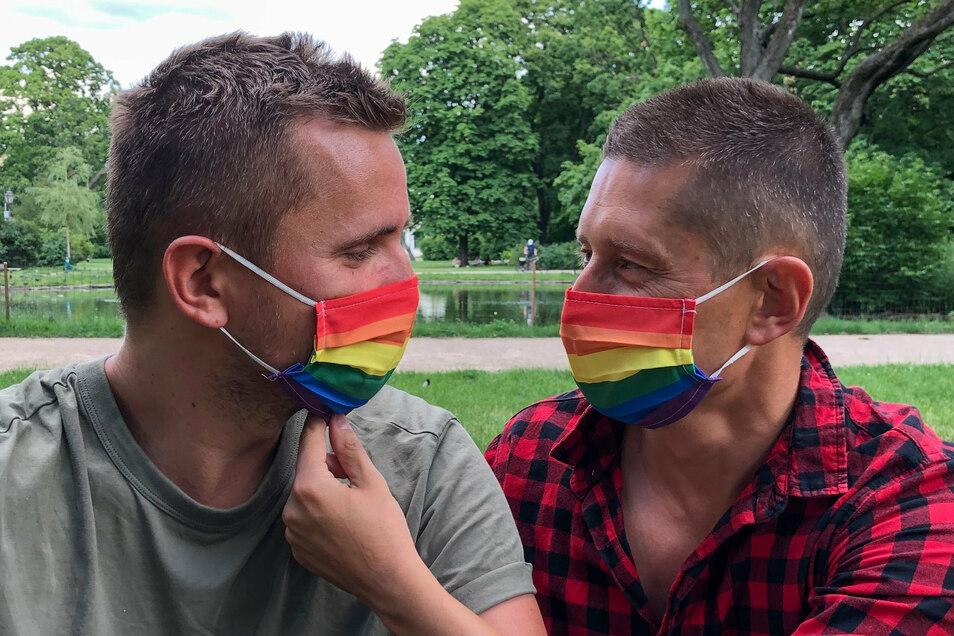 Dawid (l.) und Jakub sind seit elf Jahren ein Paar, haben in Portugal geheiratet. Polnische Behörden erkennen ihre Ehe nicht an