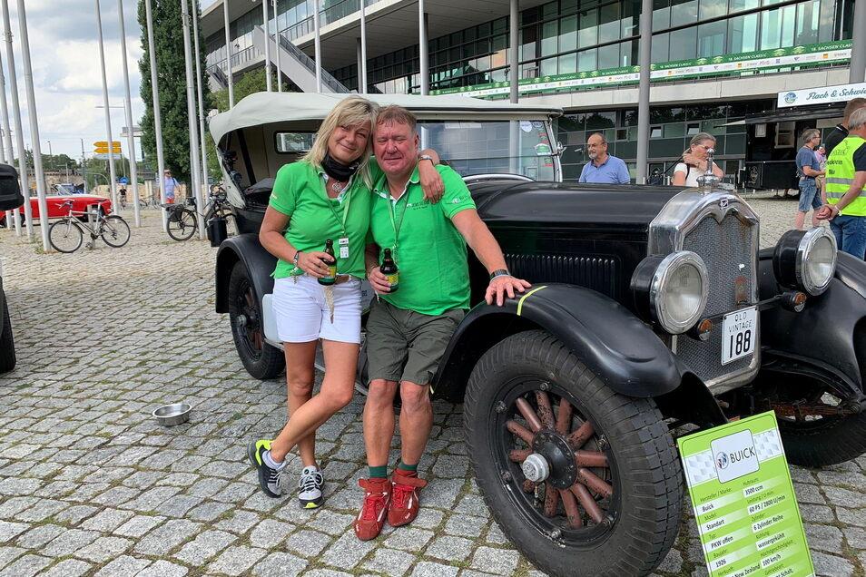 Geschafft, aber glücklich: Silke Haller und Jens Seidel aus Radebeul mit ihrem Buick, Baujahr 1926, im Ziel in Dresden bei der Rallye Sachsen Classic.