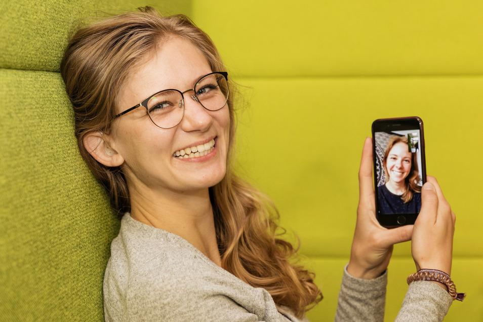 Luise Müller (links) und ihre Schwester Lisanne teilen das gleiche Schicksal: Sie sind hochgradig hörgeschädigt. Mithilfe von Cochlea-Implantaten können sie sich auch per Handy ganz normal unterhalten. Luise studiert in Dresden, Lisanne in Potsdam.