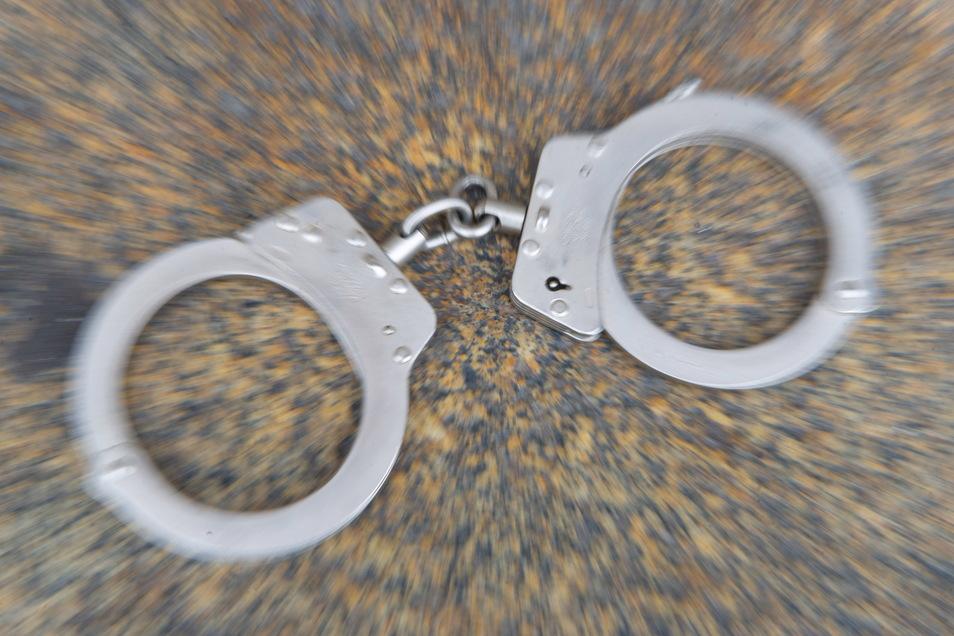 Die Dresdner Polizei ermittelt gegen einen 28-Jährigen wegen räuberischen Diebstahls.