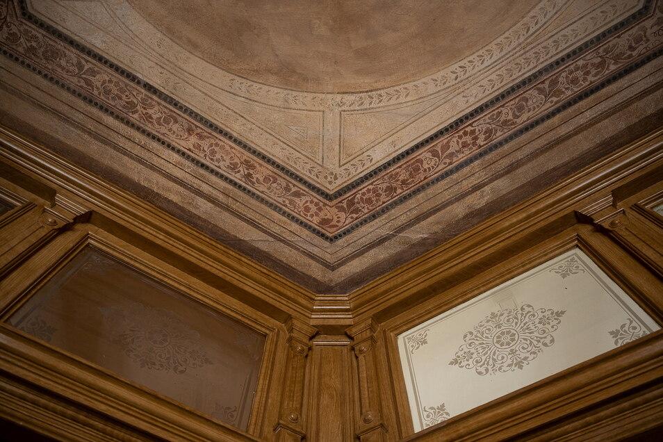 Das Treppenhaus ist mit den originalen Fensterscheiben und der bemalten Decke ein Blickfang.