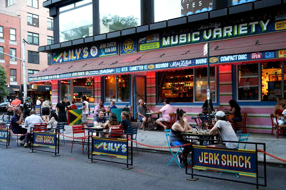 Auch die unter Corona-Auflagen geöffneten Restaurants müssen in vielen Orten wieder schließen.