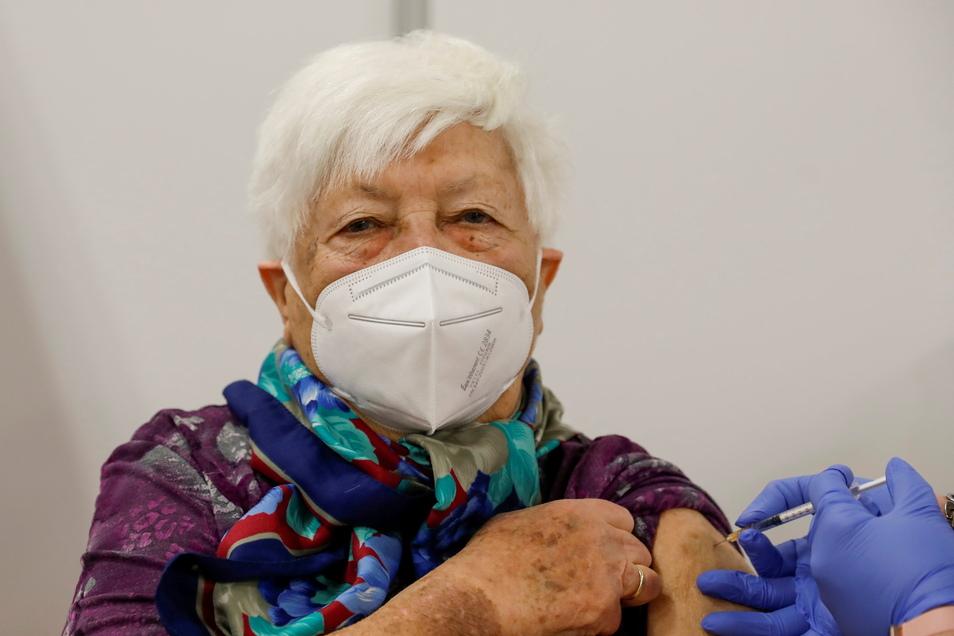 Renate Gocht aus Ebersbach ist die Impfjubilarin im Impfzentrum Löbau.