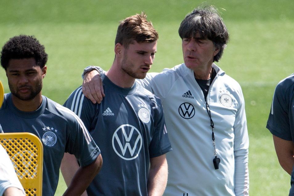 Bundestrainer Joachim Löw unterhält sich mit Timo Werner unterhält sich mit Bundestrainer Joachim Löw, der den Chelsea-Spieler bei diesem Turnier eher in der Jokerrolle sieht.