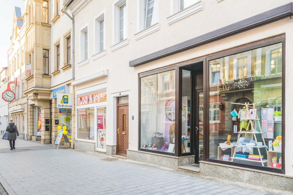 Das Ladengeschäft (rechts) an der Hauptstraße in Riesa. Es liegt nur einige Meter neben dem Zebrastreifen an der Pausitzer Straße.