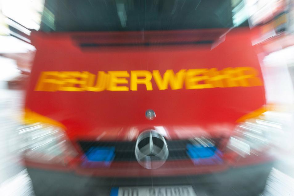 Einsatzkräfte der Dresdner Feuerwehr mussten am Dienstag ein brennendes Auto in Ullersdorf bei Radeberg löschen.