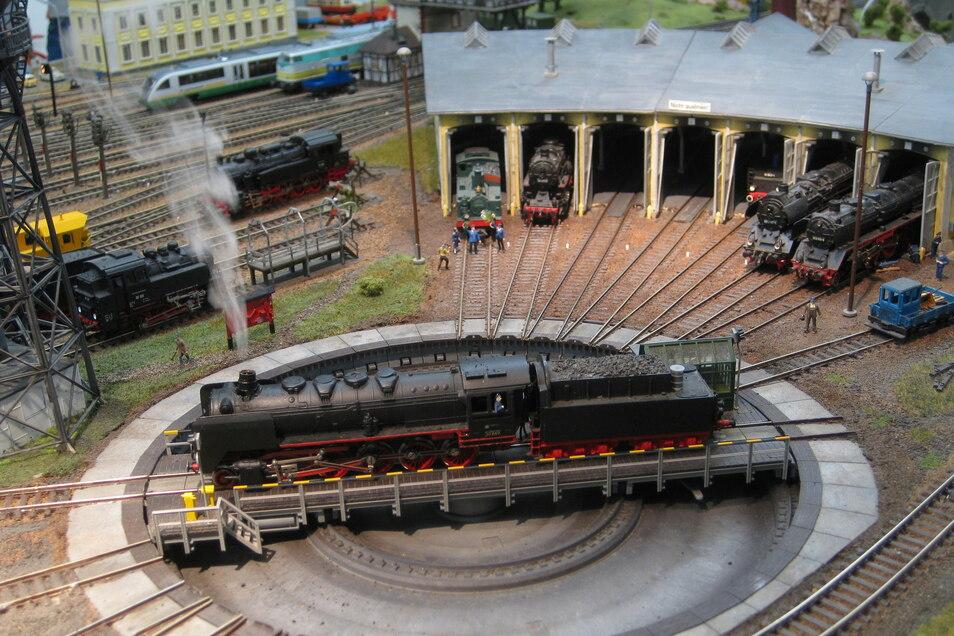 Blick zur Drehscheibe im Dampflokbahnbetriebswerk. Einige Modelle wie der Kohlen- und Containerkran tun schon 50 Jahre ihren Dienst.