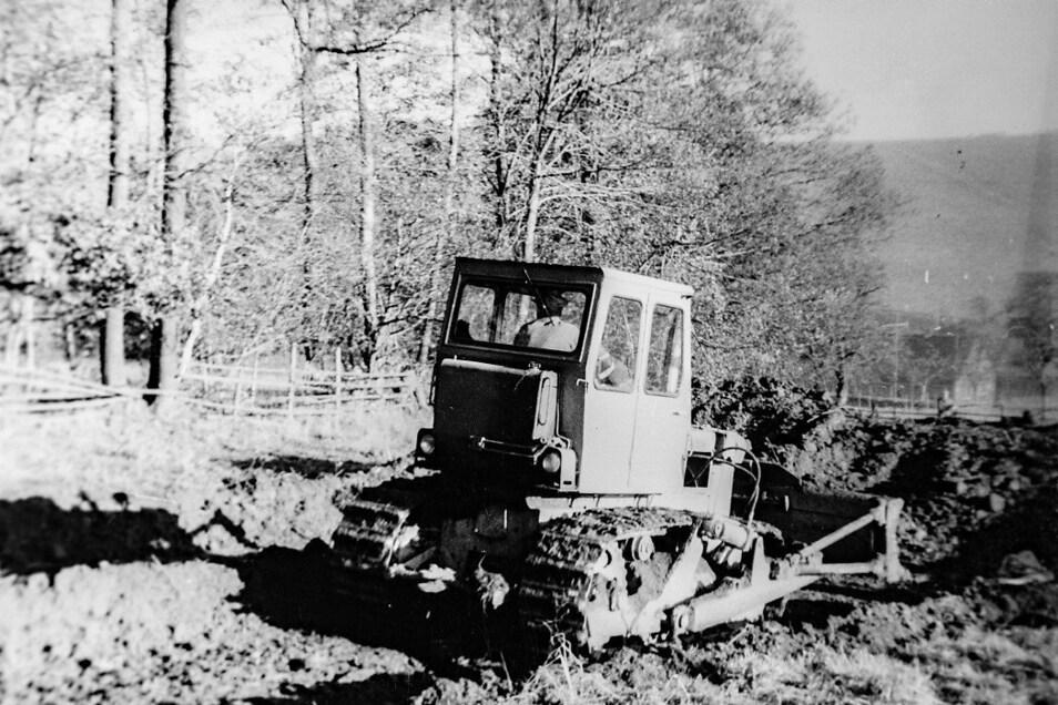 Auch schweres Gerät kam beim Bau der Schanze zum Einsatz.
