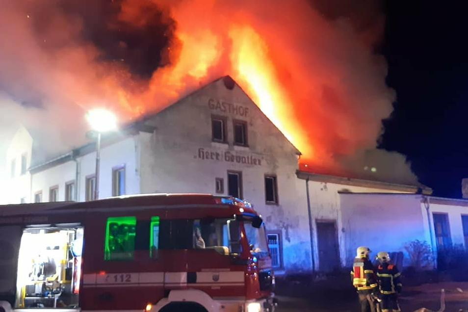 """Gasthof in Flammen. Der """"Herr Gevatter"""" brannte am 12. Dezember vorigen Jahres."""