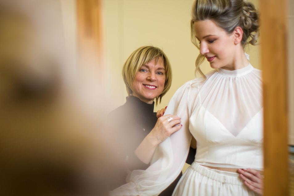 Die Liebe und die Mode gehen neue Wege. In der Messe Dresden bereiten sich die Designerin Tatjana Löwen und Model Valeria auf die erste Online-Hochzeitsmesse vor.