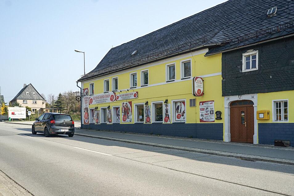 Der Gasthof in Rascha diente zuletzt kurzzeitig als Secondhand-Laden. Jetzt suchen die Eigentümer einen neuen Pächter oder Käufer.