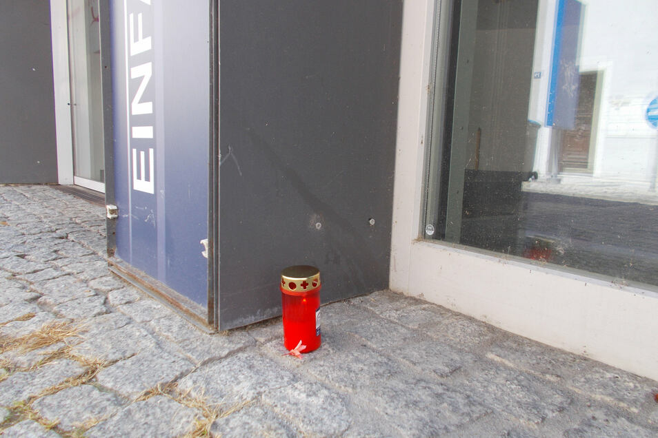 Trauernde haben am Donnerstag eine Kerze vor dem unterirdischen Parkhaus aufgestellt.