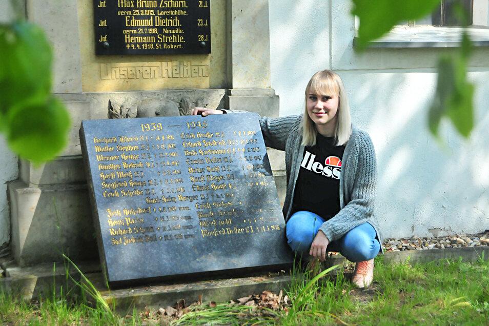 Laura Winkelmann auf dem Friedhof Görzig an der Tafel der Gefallenen aus dem Zweiten Weltkrieg. Sie wurde erstaunlicherweise schon kurz nach 1945 aufgestellt.