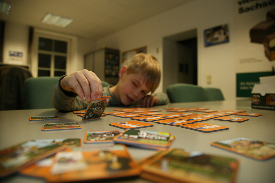 Der fünfjährige Anton spielt gern mit dem neuen Memory-Spiel, das der Nieskyer Cartoonist Kümmel im Auftrag der TGG Neißeland entworfen hat.