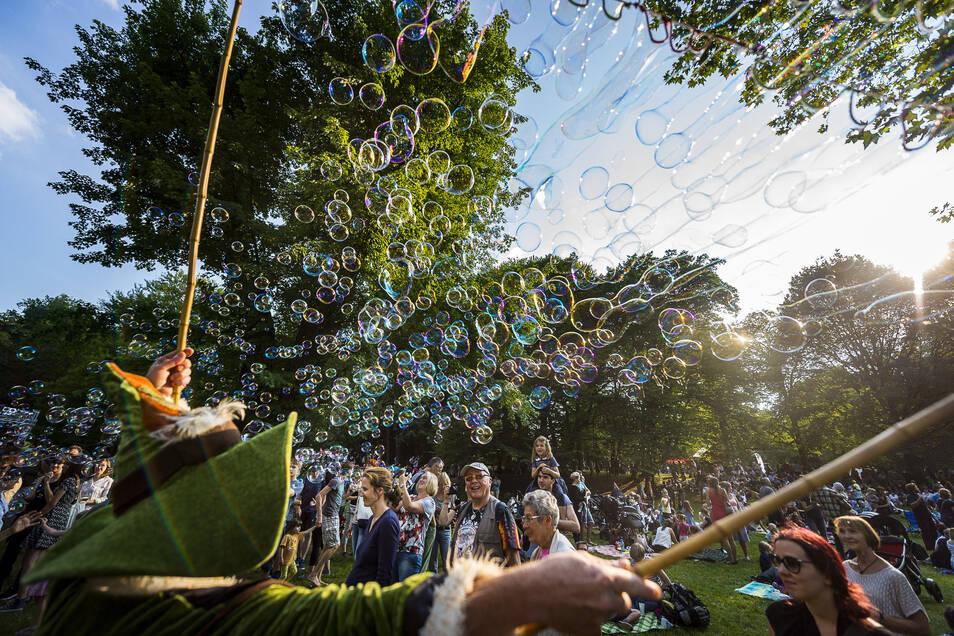 Der Auftakt beim Picknick im Stadtpark gehört zum Schönsten, was das Straßentheaterfestival jährlich zu bieten hat.