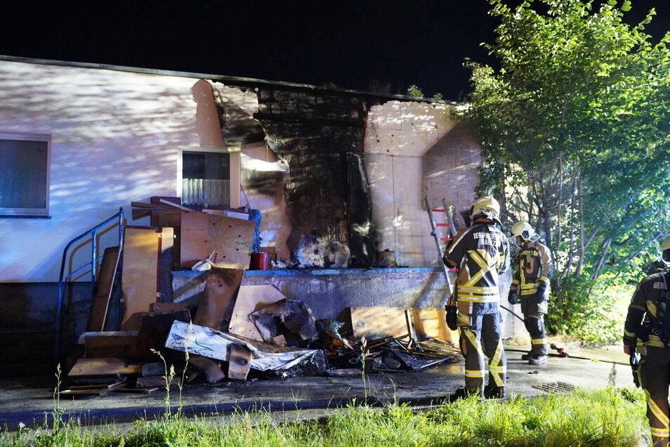 Am Sonnabendabend brannte Sperrmüll vor einem Vereinshaus in Bautzen-Gesundbrunnen. Das Feuer beschädigte auch die Hauswand.