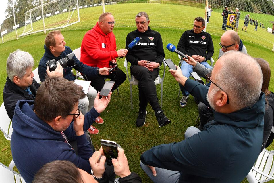 Im Trainingslager stellt sich Dynamos Sportgeschäftsführer Ralf Minge (M.) den Fragen der Medienvertreter, darunter SZ-Sportredakteur Daniel Klein (3. v. l.).