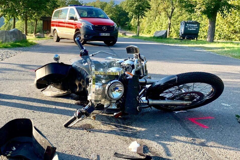 Rund 30 Meter rutschte das Motorrad noch, bevor es zum Stillstand kam. Der 63-jährige Fahrer wurde schwer verletzt in die Dresdner Uniklinik gebracht.