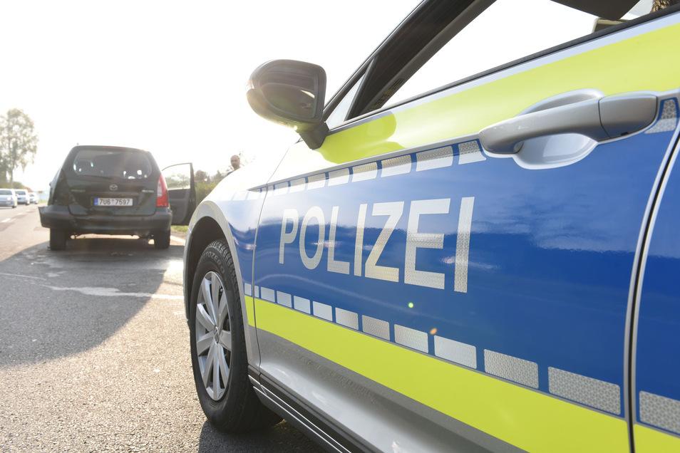 Mit mehreren Fahrzeugen und Hundeführern war die Polizei am Mittwoch Vormittag zur Durchsuchung eines Hauses in Zinnwald.