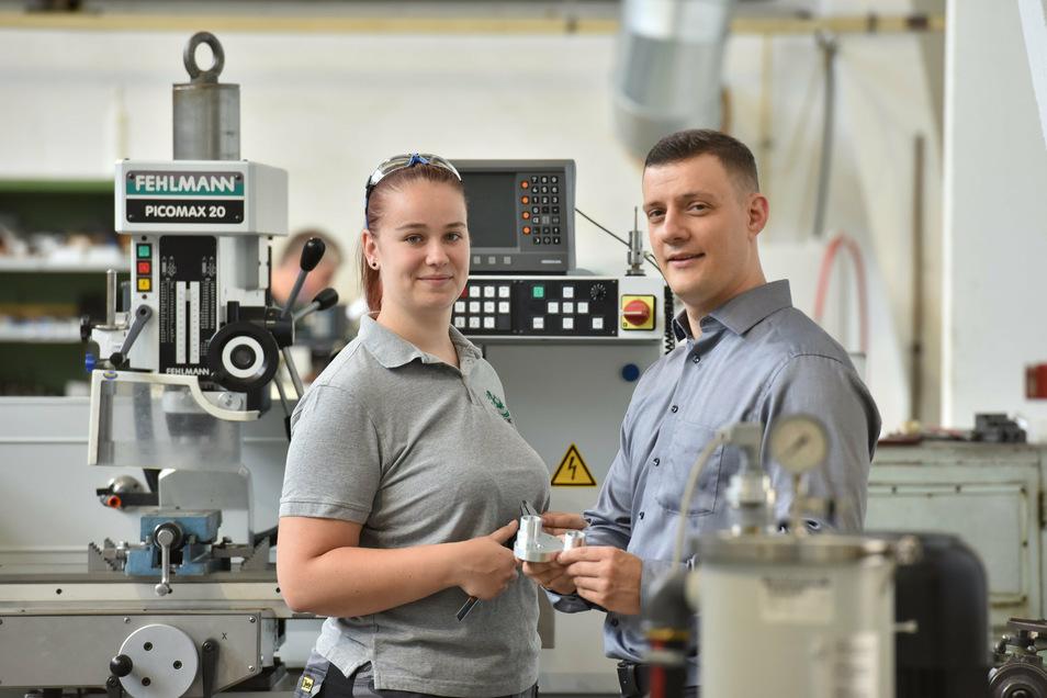 Azubi Nadine Falke, Prokurist Tom Berthold bei der Werkzeugbau Winkelmühle GmbH. Klar macht man sich die Hände auch mal dreckig.