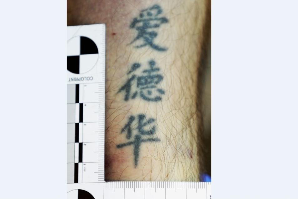 Der Tote hat eine auffällige Tätowierung am Arm.