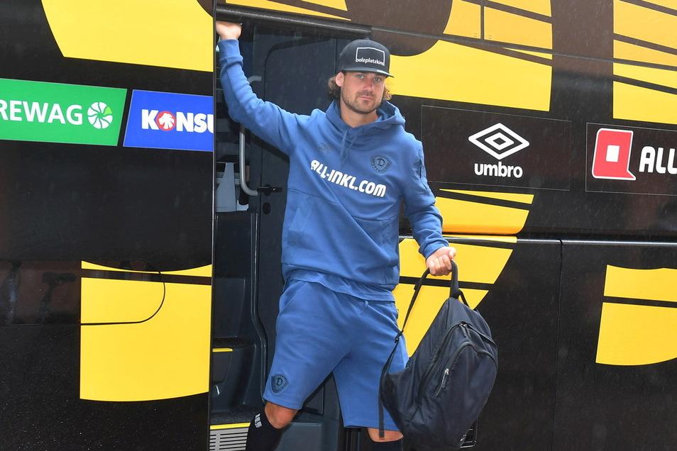 Ganz in Blau: Yannick Stark steigt am Donnerstag in der neuen Kollektion aus dem Mannschaftsbus.