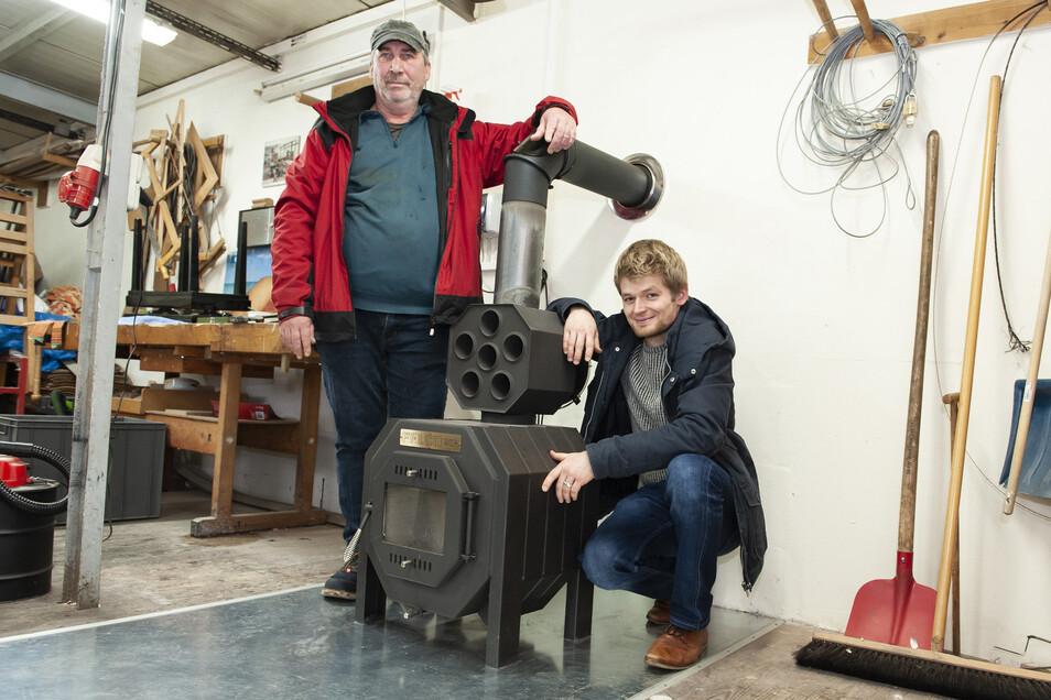 Ralf Kaubisch (l.) und Tony Preibisch in der Tischlerwerkstatt der Diakonie-Sozialprojekte.
