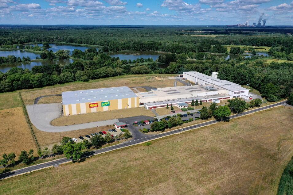 Das Lorenz-Werk in Kreba-Neudorf. Hier werden ausschließlich Nuss-Produkte hergestellt. Im Hintergrund ist das Kraftwerk Boxberg zu sehen.