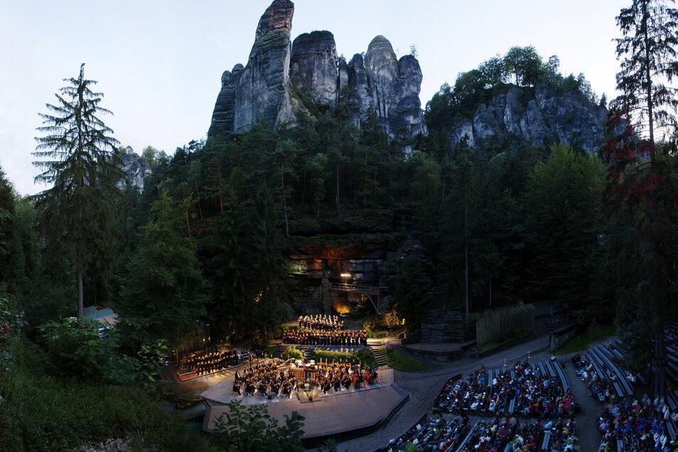 Tausende erleben jedes Jahr die Aufführungen unter freiem Himmel auf der Felsenbühne, hier Carmina Burana von Carl Orff.