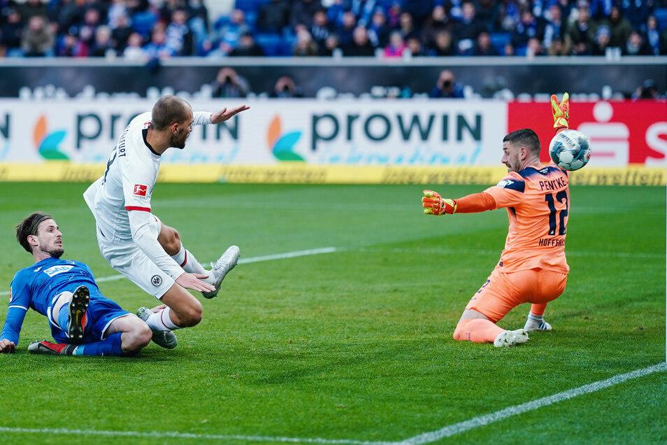 Diesen Treffer kann der Torwart nicht verhindern.Bas Dost (M.) von Eintracht Frankfurt überwindet Hoffenheims Torwart Philipp Pentke.