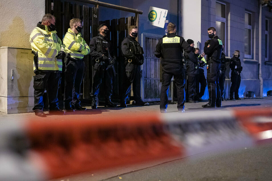 Polizisten sichern in Celle den Zugang zu einem Hinterhof eines Hauses. Nach einem Tötungsdelikt in der Stadt hatte die Polizei am Montagabend Anwohner gebeten, in ihren Wohnungen zu bleiben.