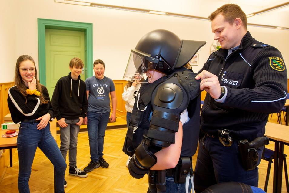 """Teilnehmer des Projekts """"Die gläserne Stadt"""" beim Besuch im Pirnaer Polizeirevier: Es ist demokratiefördernd und stärkt den gesellschaftlichen Zusammenhalt."""