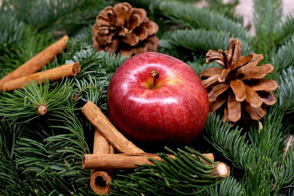 Mit einem Apfel lässt sich schnell und einfach eine tolle Weihnachtsfigur basteln.