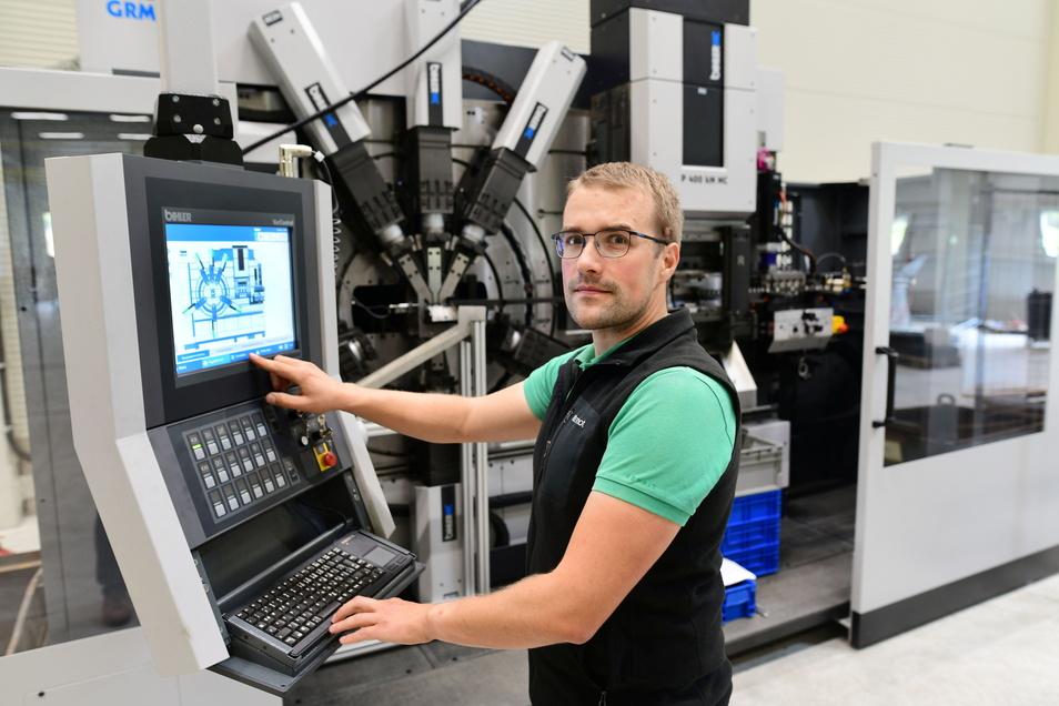 Maschinenbauingenieur Rico Fahr bedient den neuen Stanz-Biegeautomat.